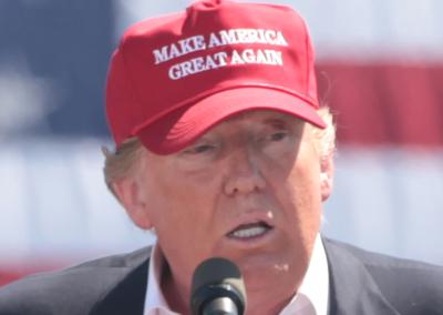 Co jest w czapeczce Trumpa?